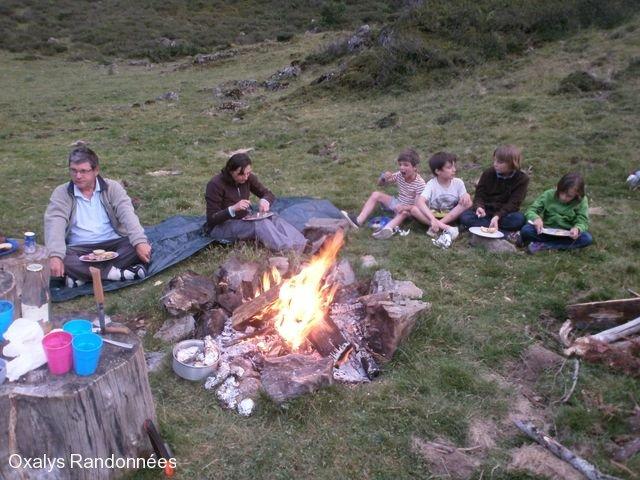 bivouac pyrénées autour du feu